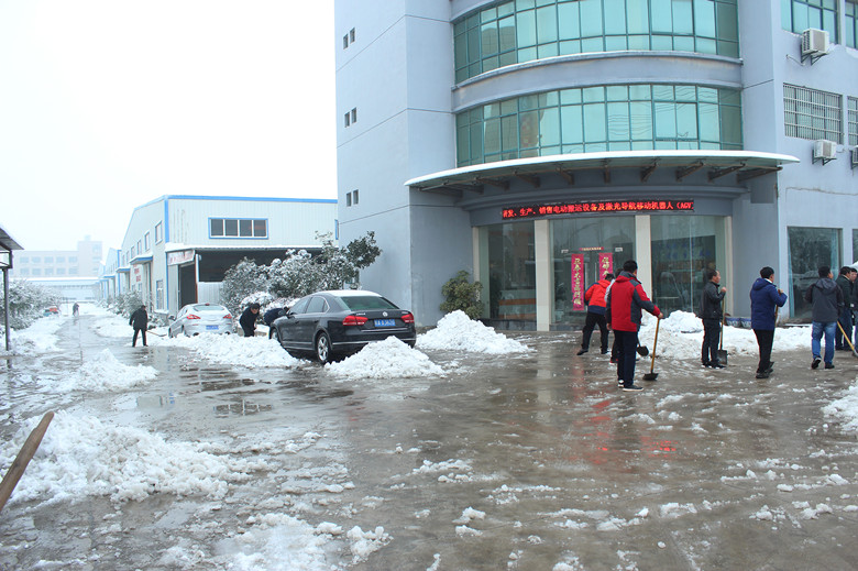 保证订单车及时发货——宇锋叉车除雪忙